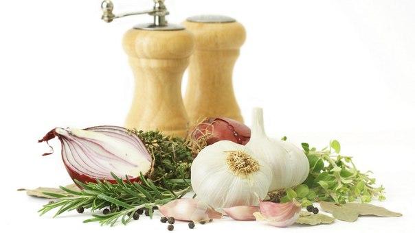 Добавлять лук и чеснок в качестве вкусовой приправы