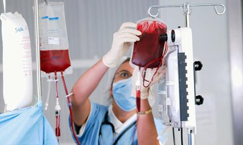 Выполняют переливание крови