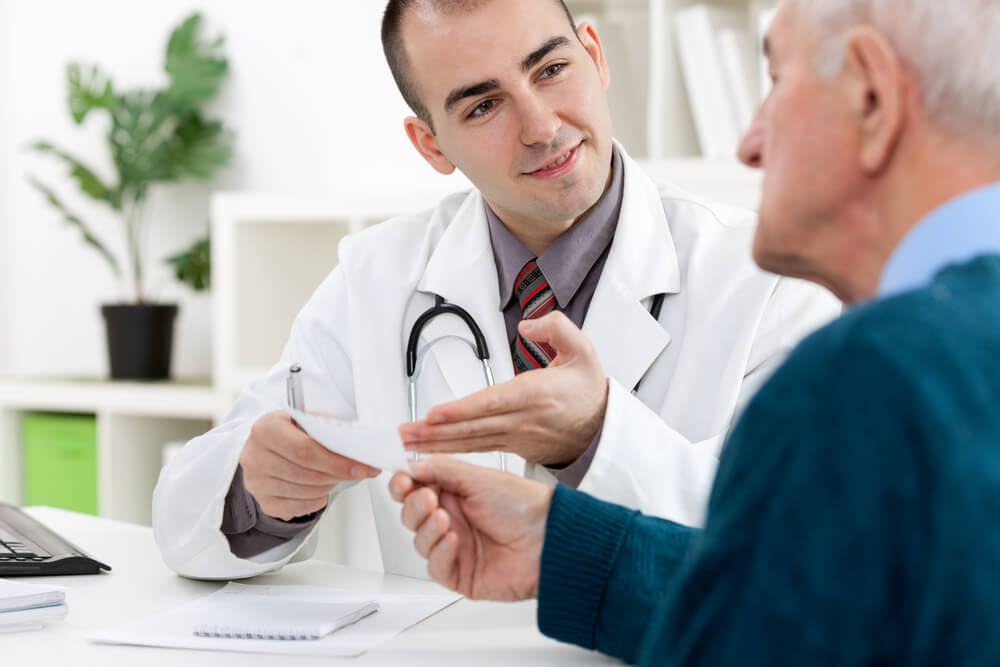 Обратится к врачу при подозрении на глисты