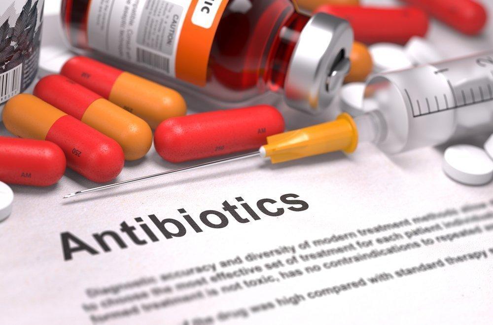 Назначается курс сильных антибиотиков