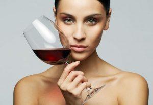 женщина с вином