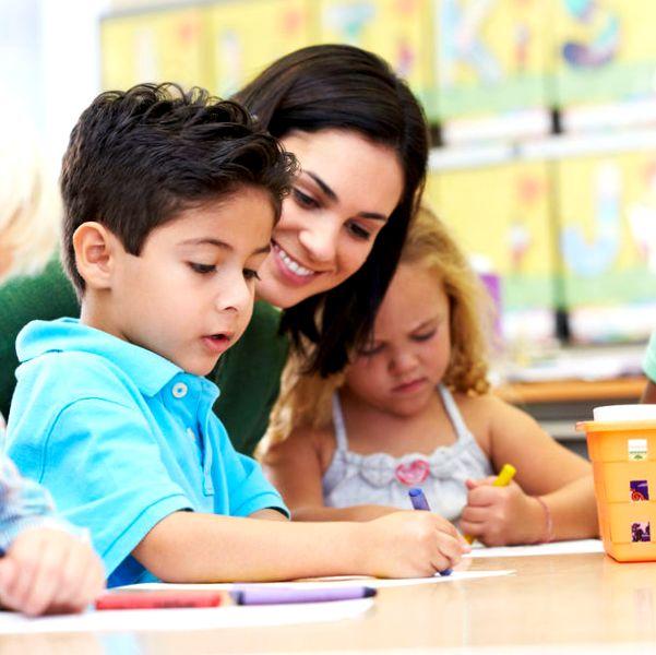 Дети на уроке с учительницей