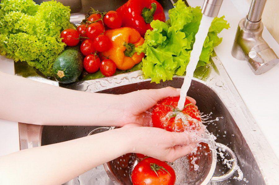 Мытье овощей проточной водой