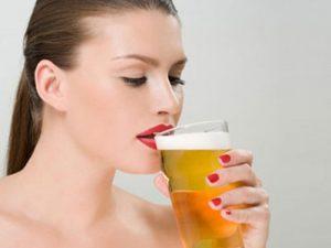 Женщина пьет пиво