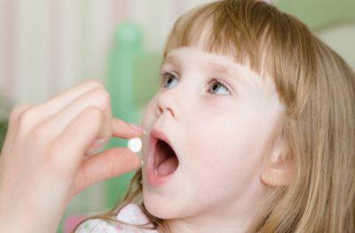 Ребенок принимает лекарство