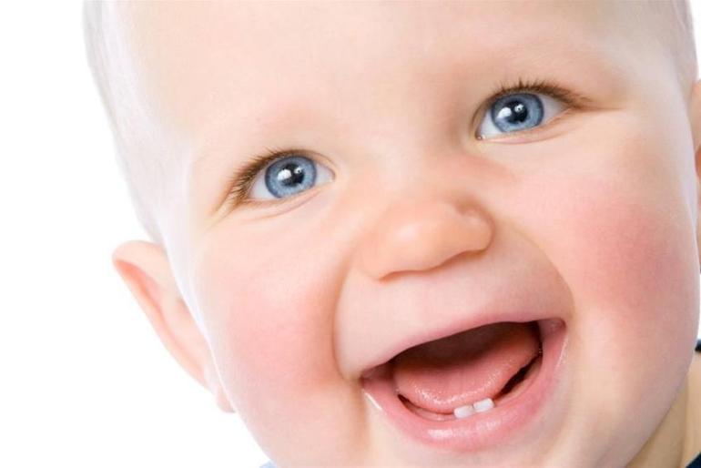 Как помочь ребенку при прорезывании зубов?